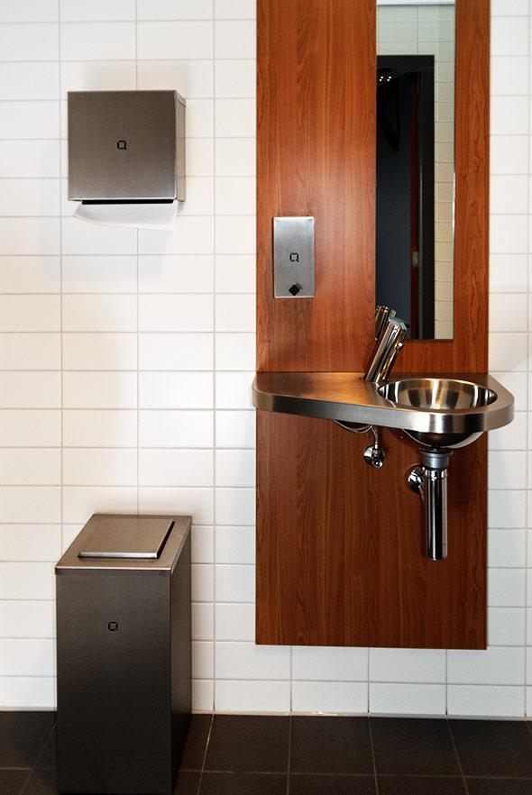 Q-Design-Line-Einrichtung-Hygienespenderlinie-Edelstahl-matt-gebuerstet